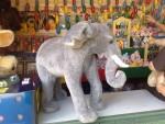 En grå elefant dyker upp igen