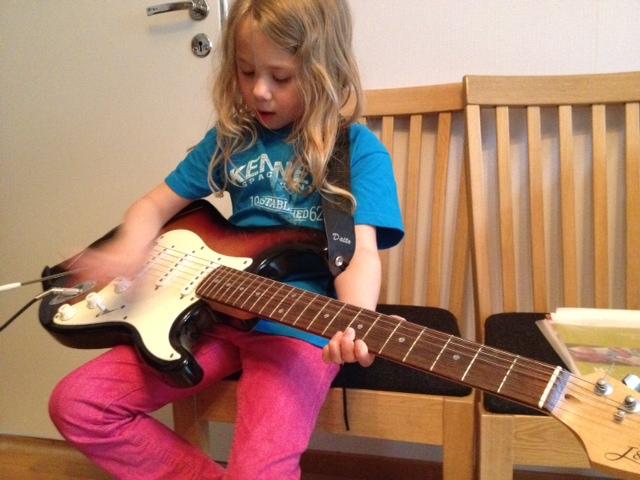 Hilda spelar gitarr